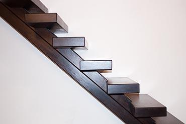 Moderne trap met centraalspil zijaanzicht van de coolwijk trappen