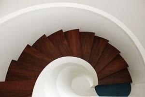 Klassieke ronde trap met mahonie treden - Van de Coolwijk Trappen