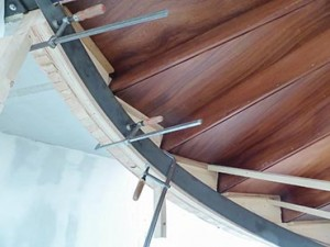 Verstevigingsstrip in ronde trap met mahonie treden - Van de Coolwijk Trappen